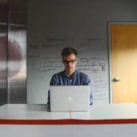 Consigli per tenere una buona postura in ufficio
