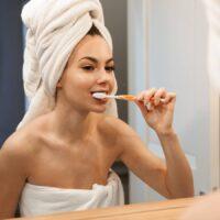 Sbiancare i denti a casa è sicuro: vantaggi, svantaggi e migliori metodi