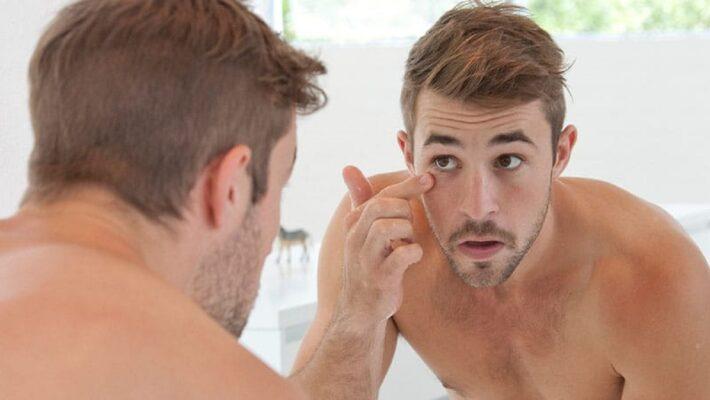 Routine di bellezza maschile garantita con la crema contorno occhi
